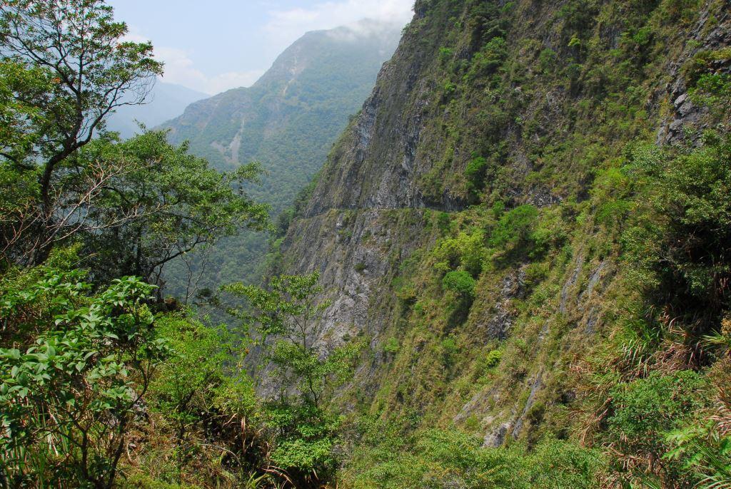 Cliff at Zhuilu Old Road (.jpg)