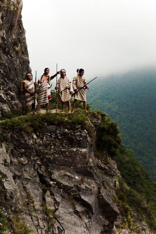Truku Hunter at cliff Section at Zhuilu Old Road(.jpg)