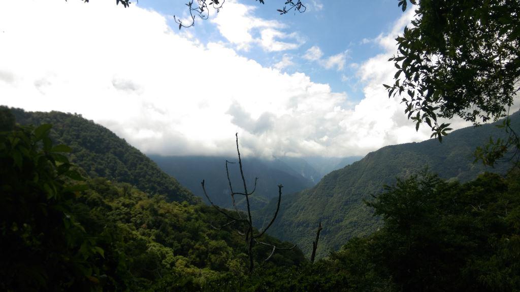 Overlooking mountain far apart(.jpg)