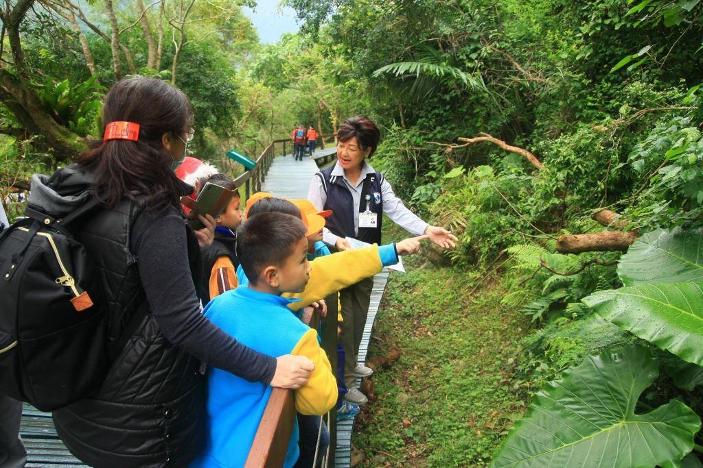 富源國小環境教育圖片共7張-環教老師帶領小朋友認識植物(.jpg)