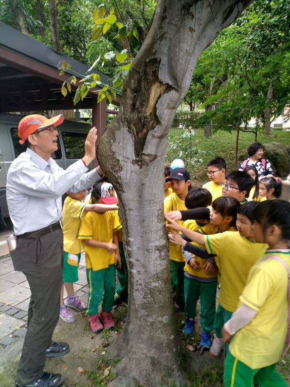 老師講解森林的五感體驗(.jpg)