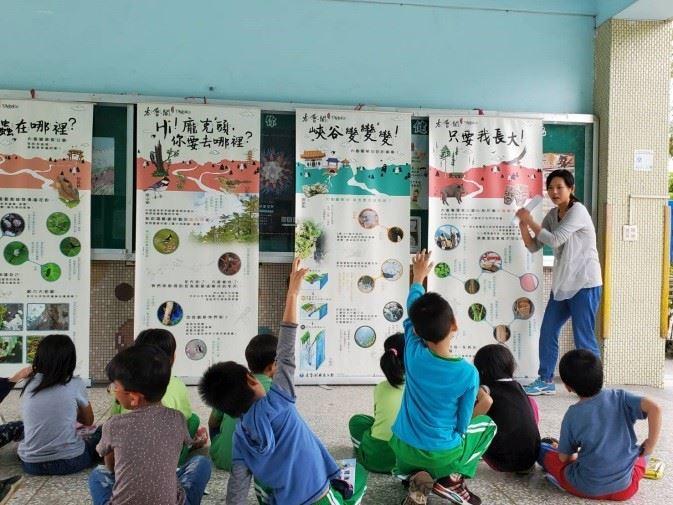 老師帶領學童參觀展板(.jpg)