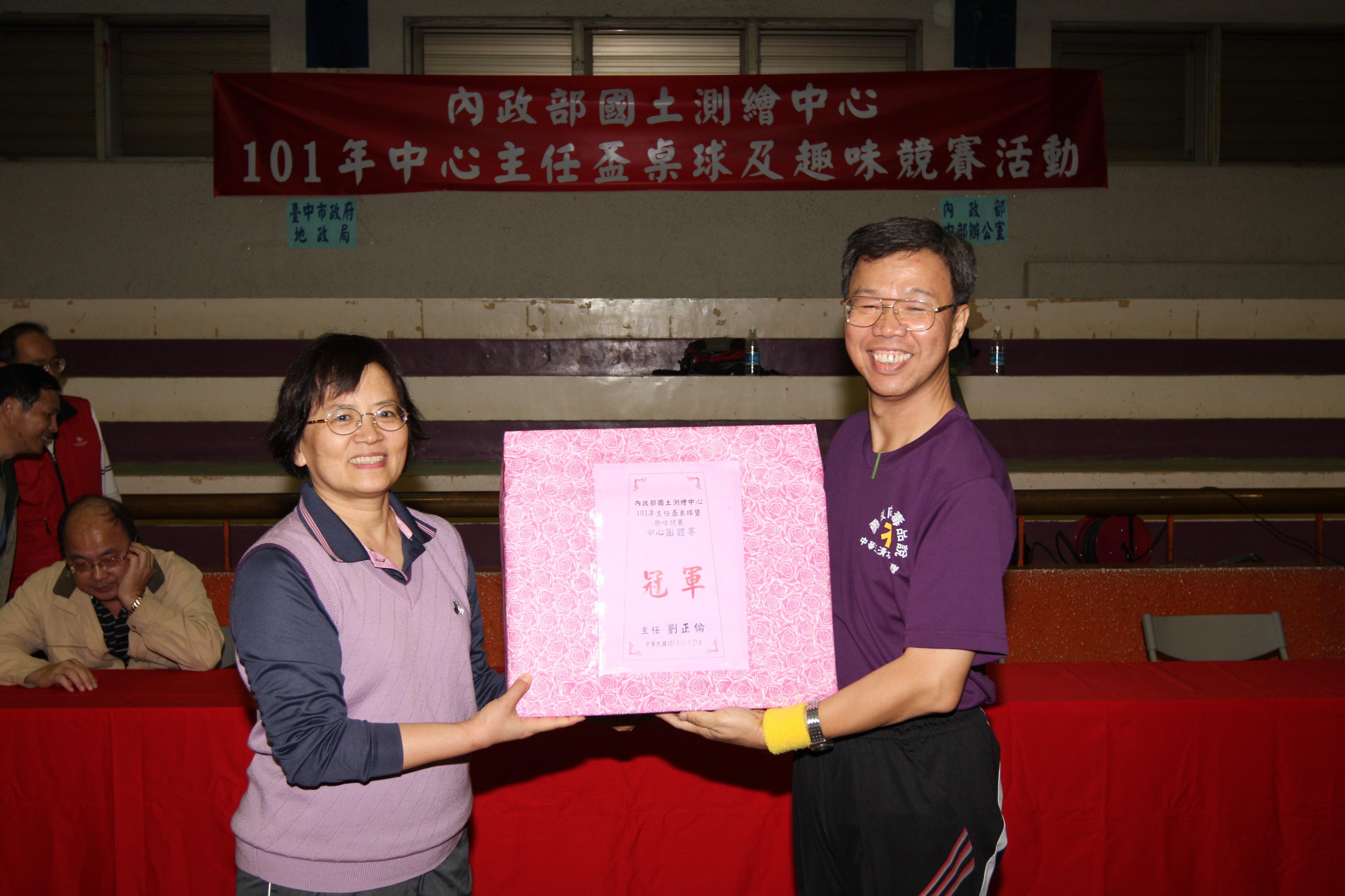 王副司長靚琇(左)頒獎予桌球中心團體賽冠軍-南二及東區聯隊(右)