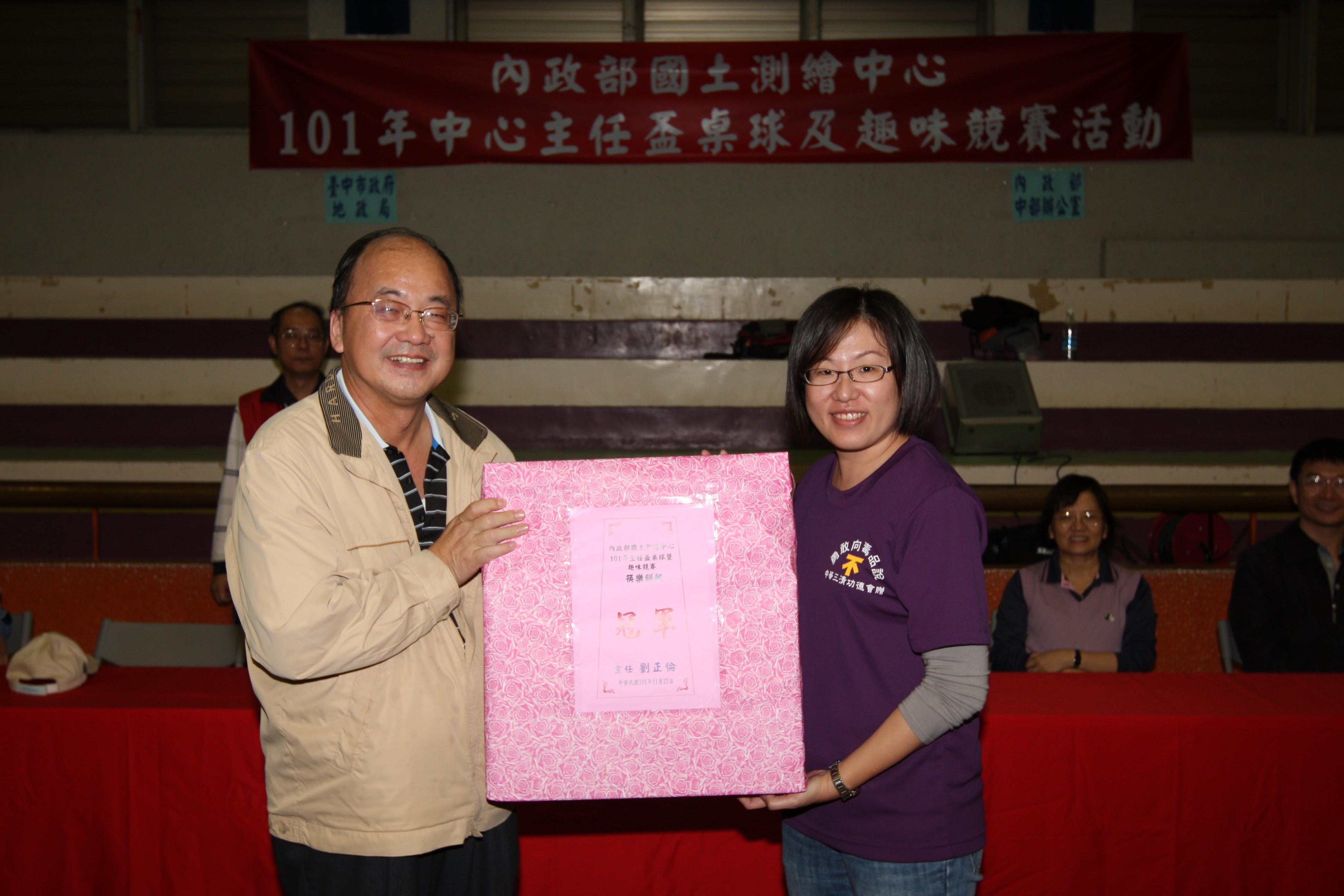 蘇副主任惠璋(左)頒獎予趣味競賽筷樂餅乾冠軍-南區第二測量隊(右)