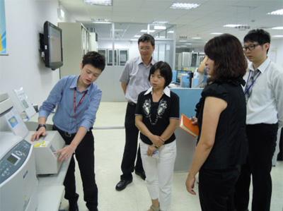 電子檔案技術服務中心工程師進行相關儀器及操作技術介紹