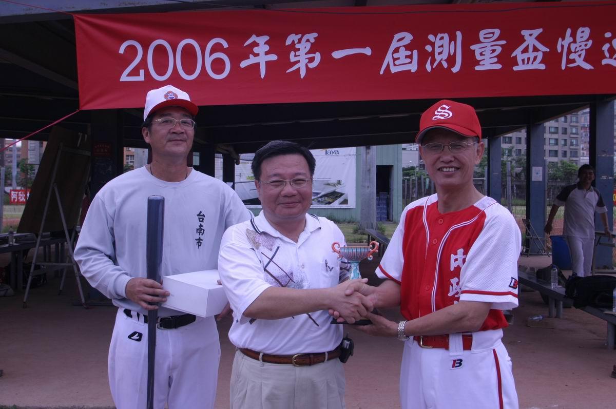 蕭局長輔導頒贈獎盃、獎品予第三名:台南市政府