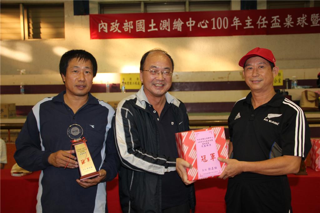 本中心蘇副主任惠璋(中)頒獎予趣味競賽飛盤擲準冠軍北區第二測量隊.jpg