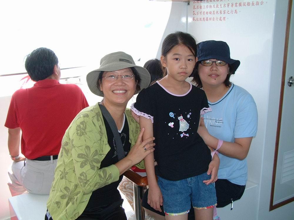 遊艇上高麗珠〈左一〉全家福