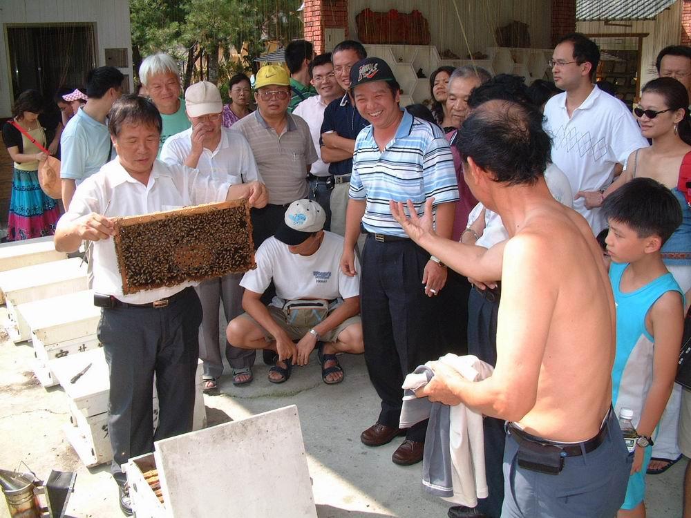 宏基蜜蜂生態農場場長〈左一〉解說蜜蜂生態