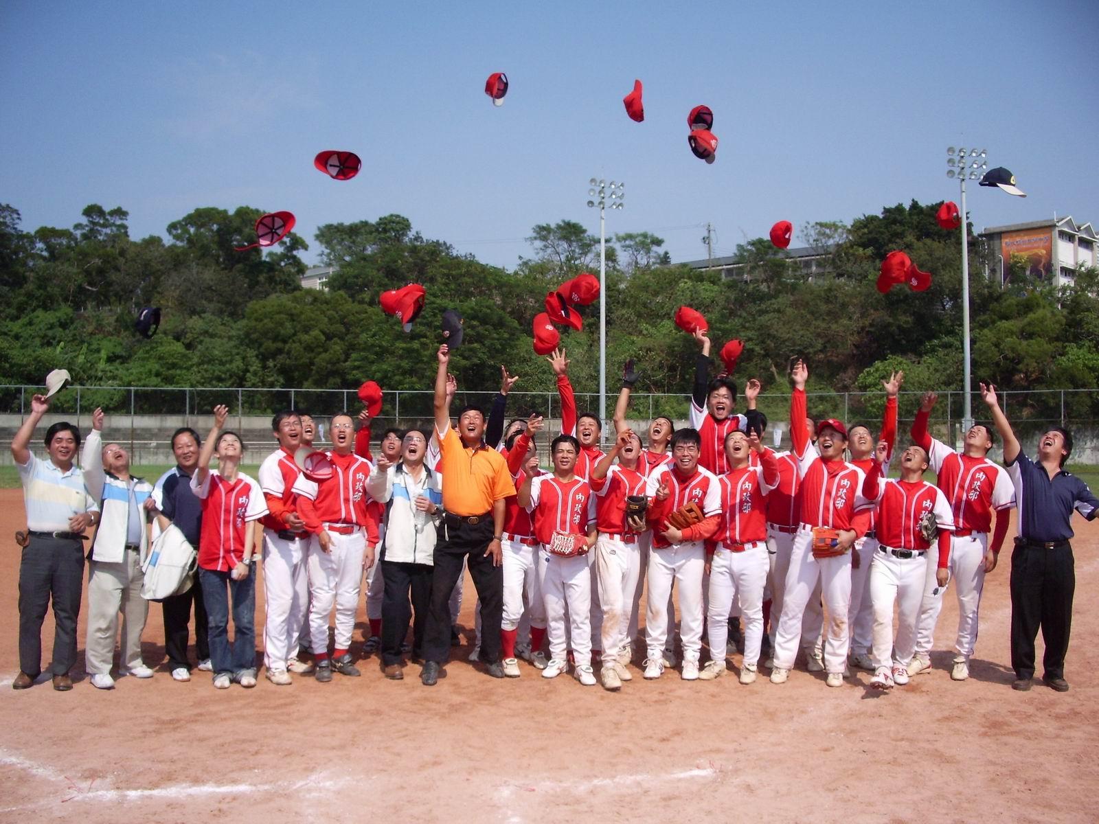 本局壘球隊榮獲冠軍高興歡呼
