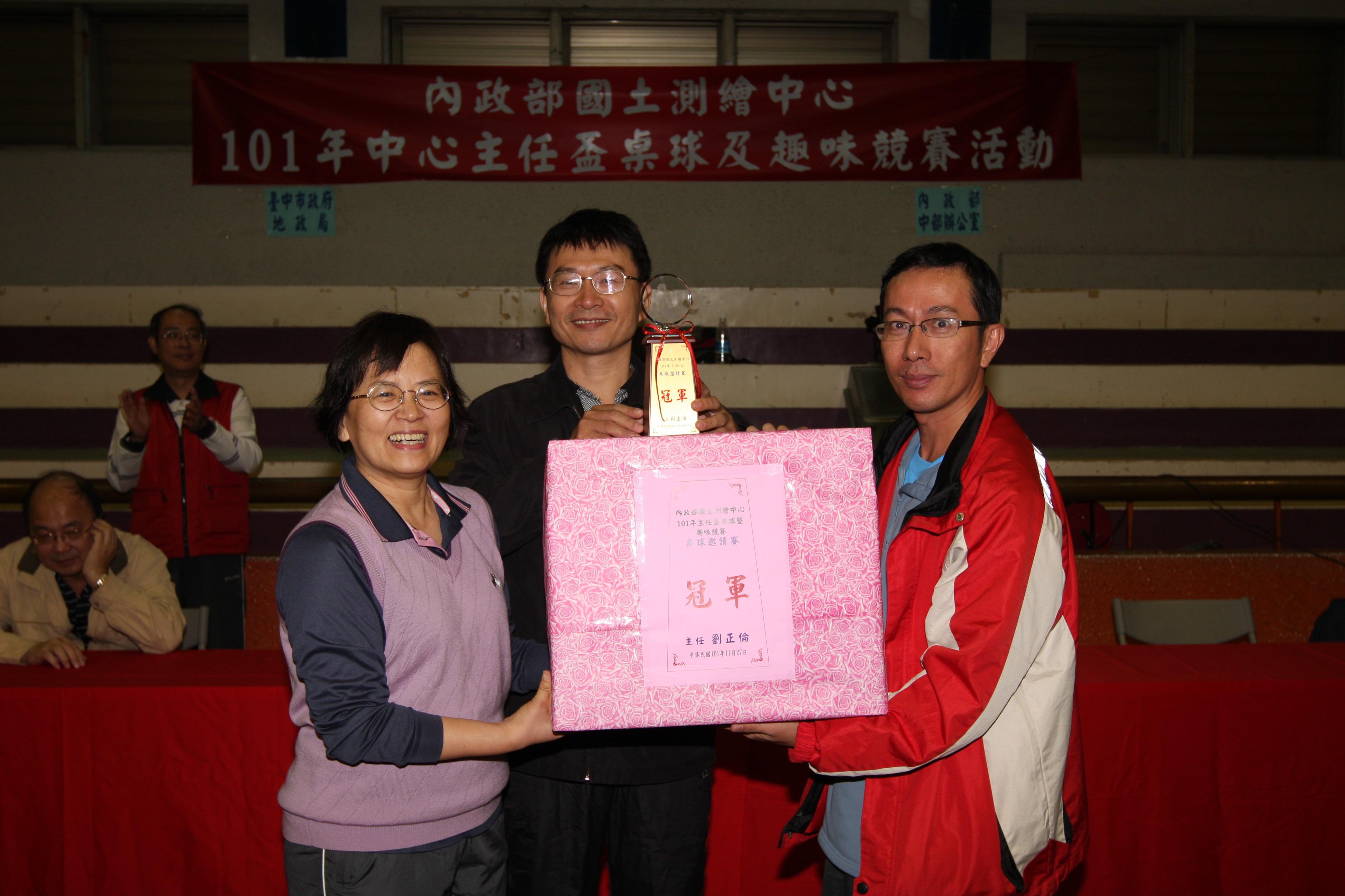 王副司長靚琇(左)頒獎予桌球邀請賽冠軍-本中心(右)