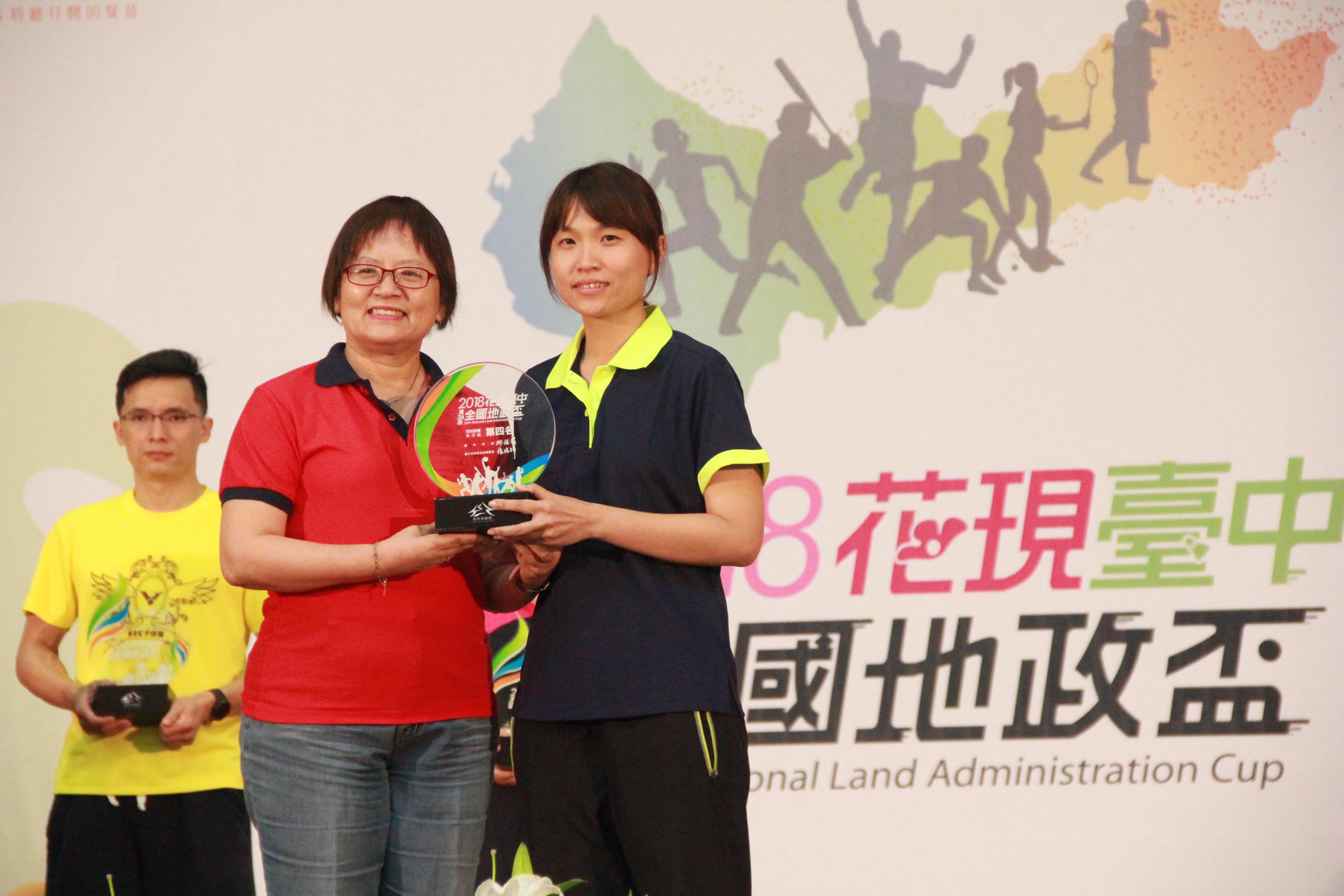 羽球女子組榮獲第4名本中心簡秀羽代表領獎