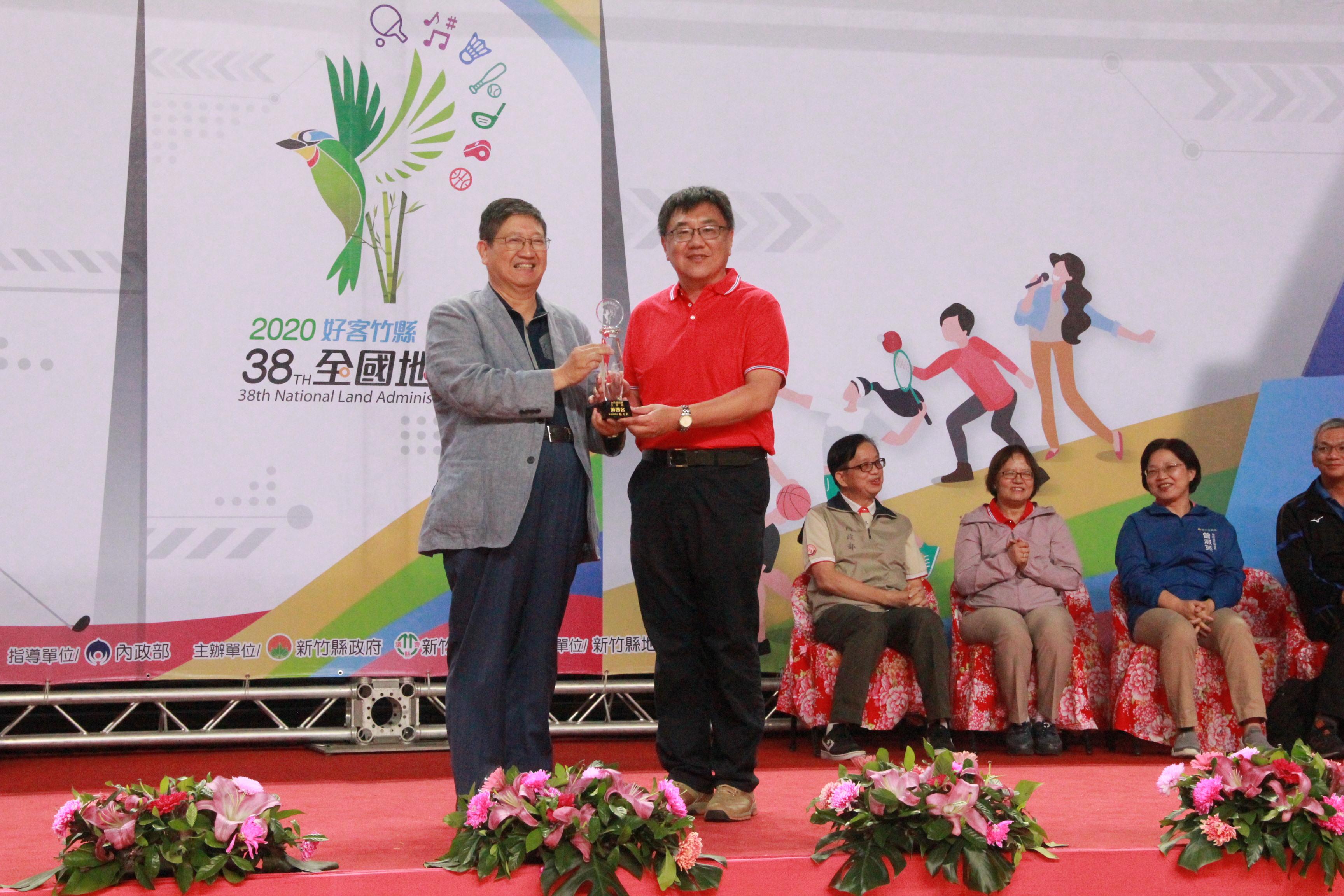 主管桌榮獲第4名內政部地政司姬科長世明(右)代表領獎