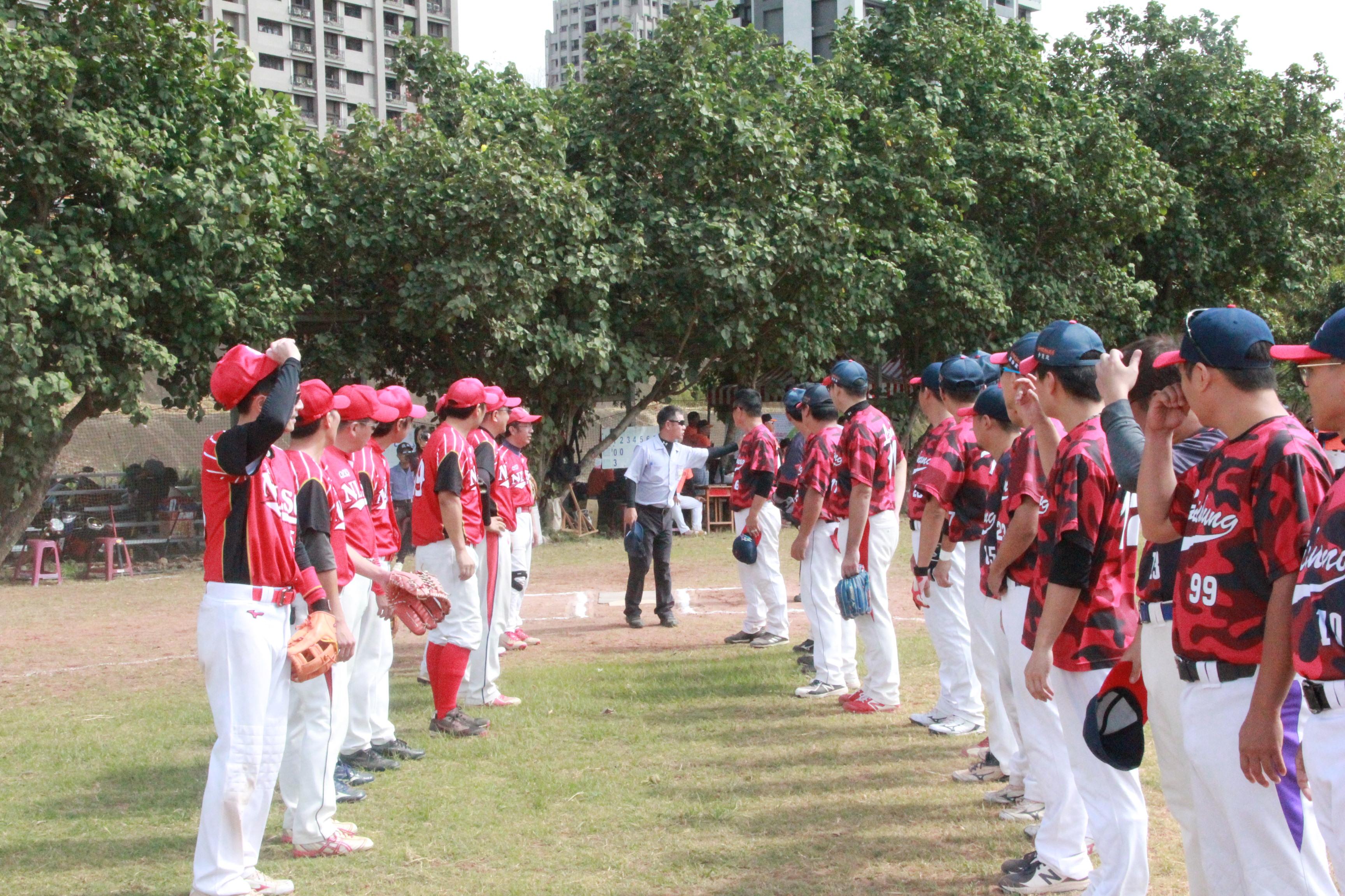 慢速壘球甲組本中心(左)與臺中市政府(右)先禮後兵