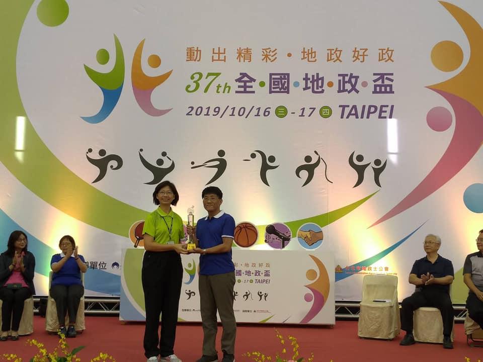 桌球主管組榮獲第3名土地重劃工程處邱國銘代表領獎
