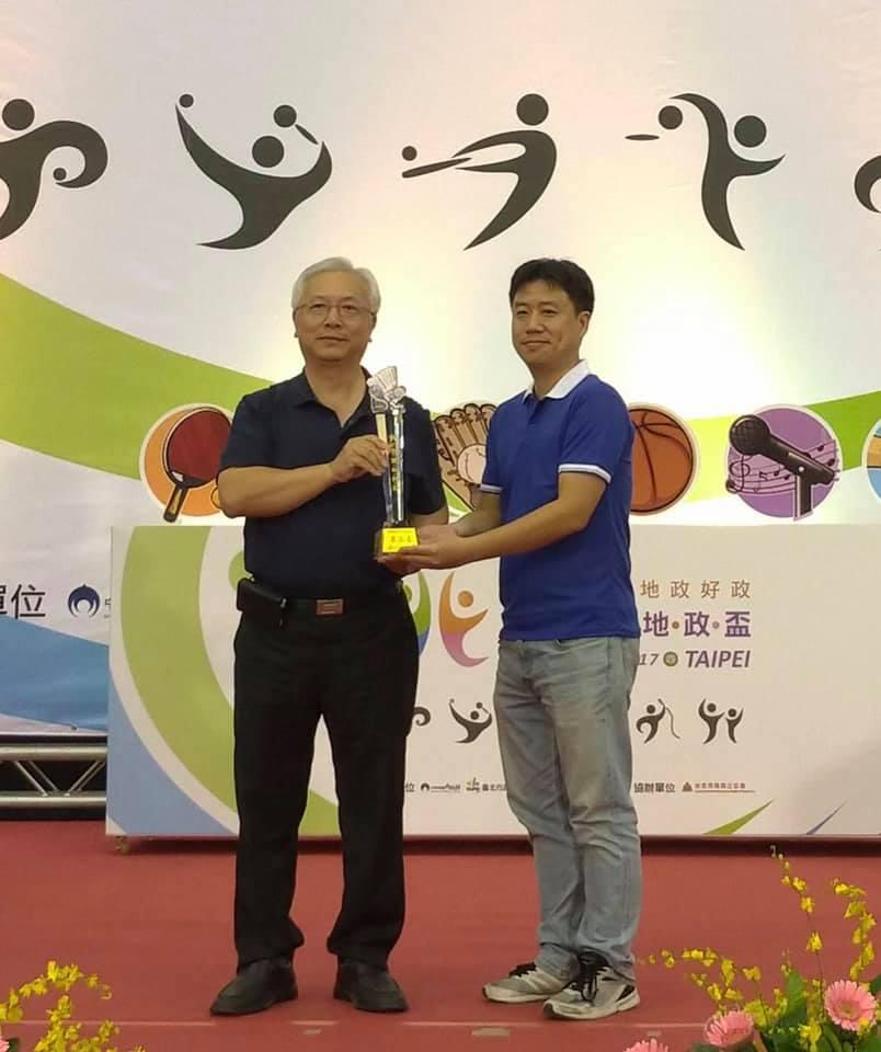 羽球男子乙組榮獲第3名本中心傅秉綱代表領獎