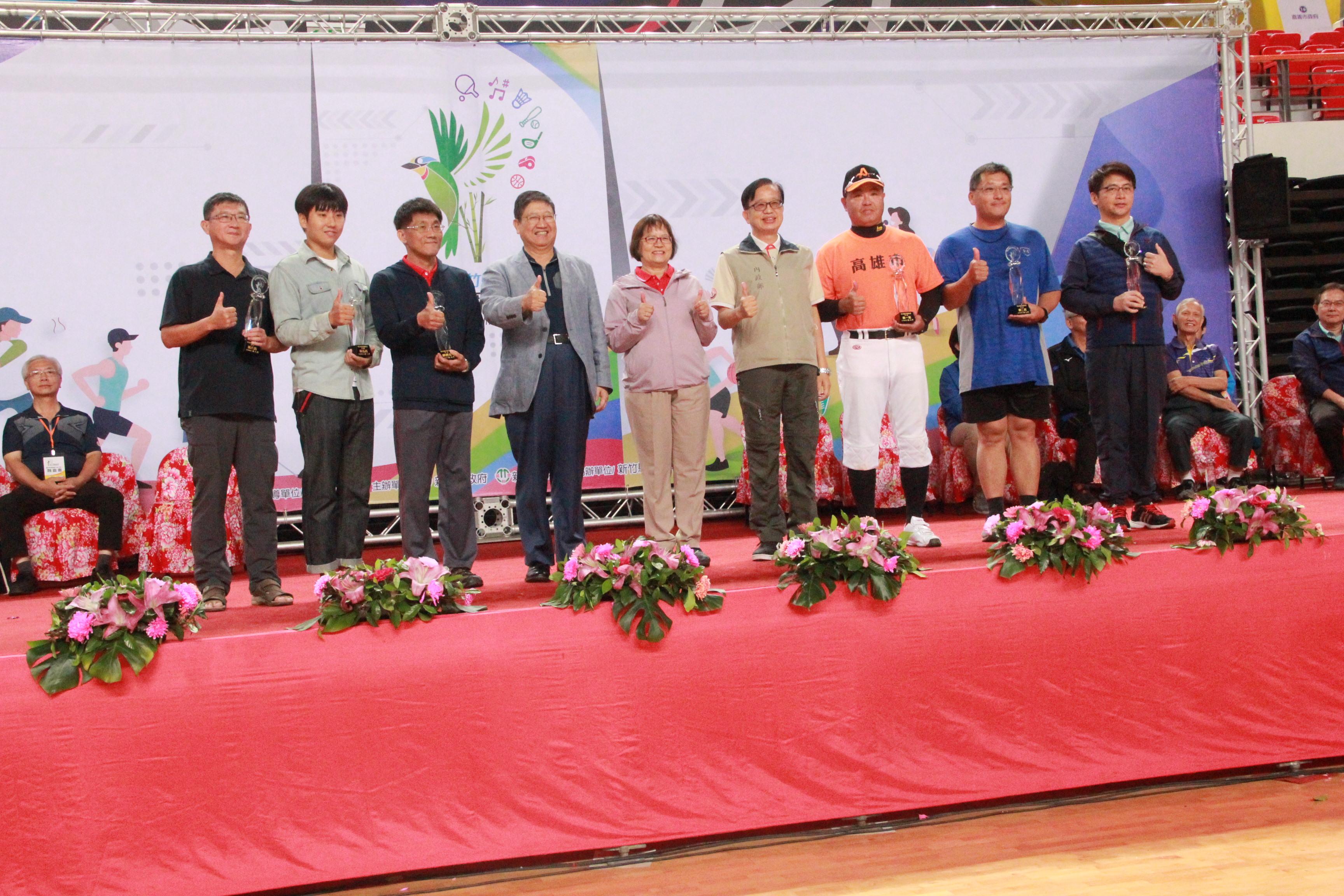 大會主席(左4)、內政部邱次長(左6)、內政部王參事靚琇(左5)與領獎人合照