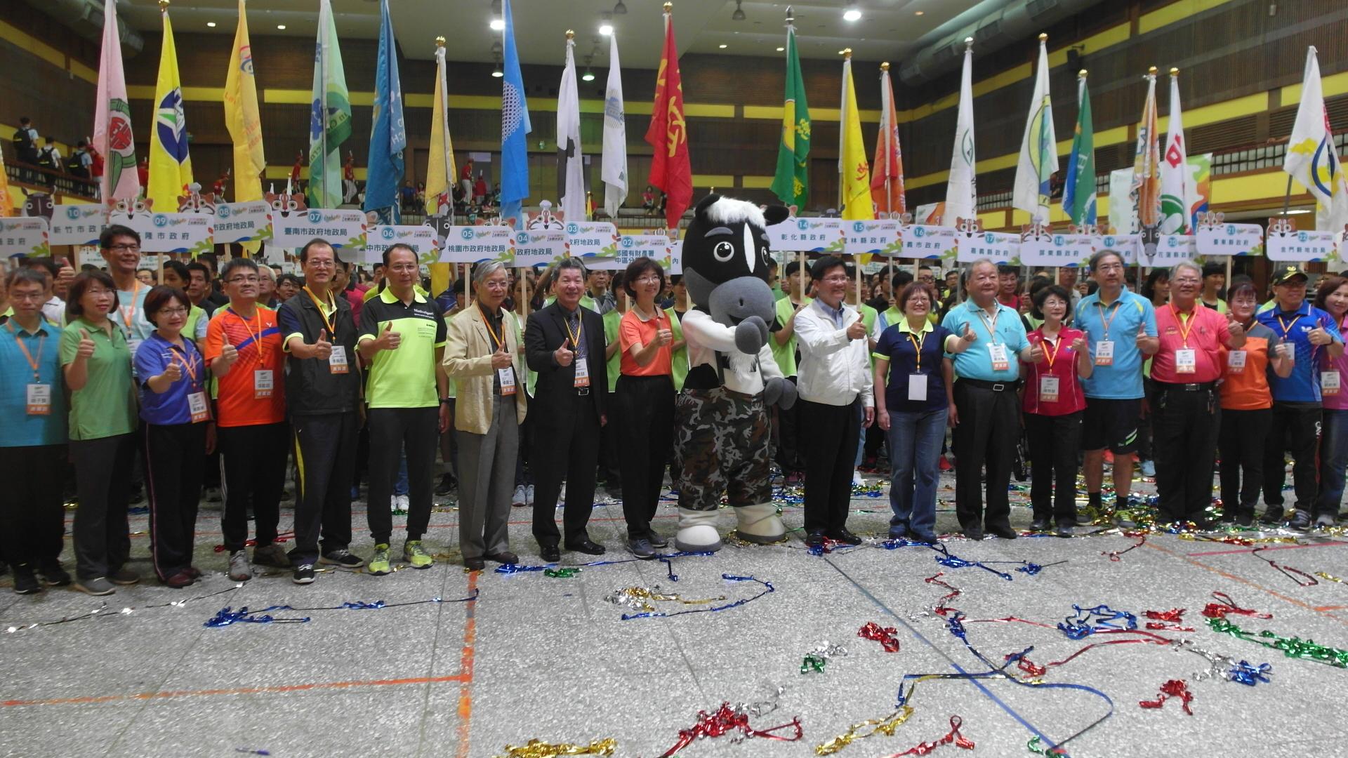 臺中市長林佳龍主持開幕典禮與參賽隊伍合照