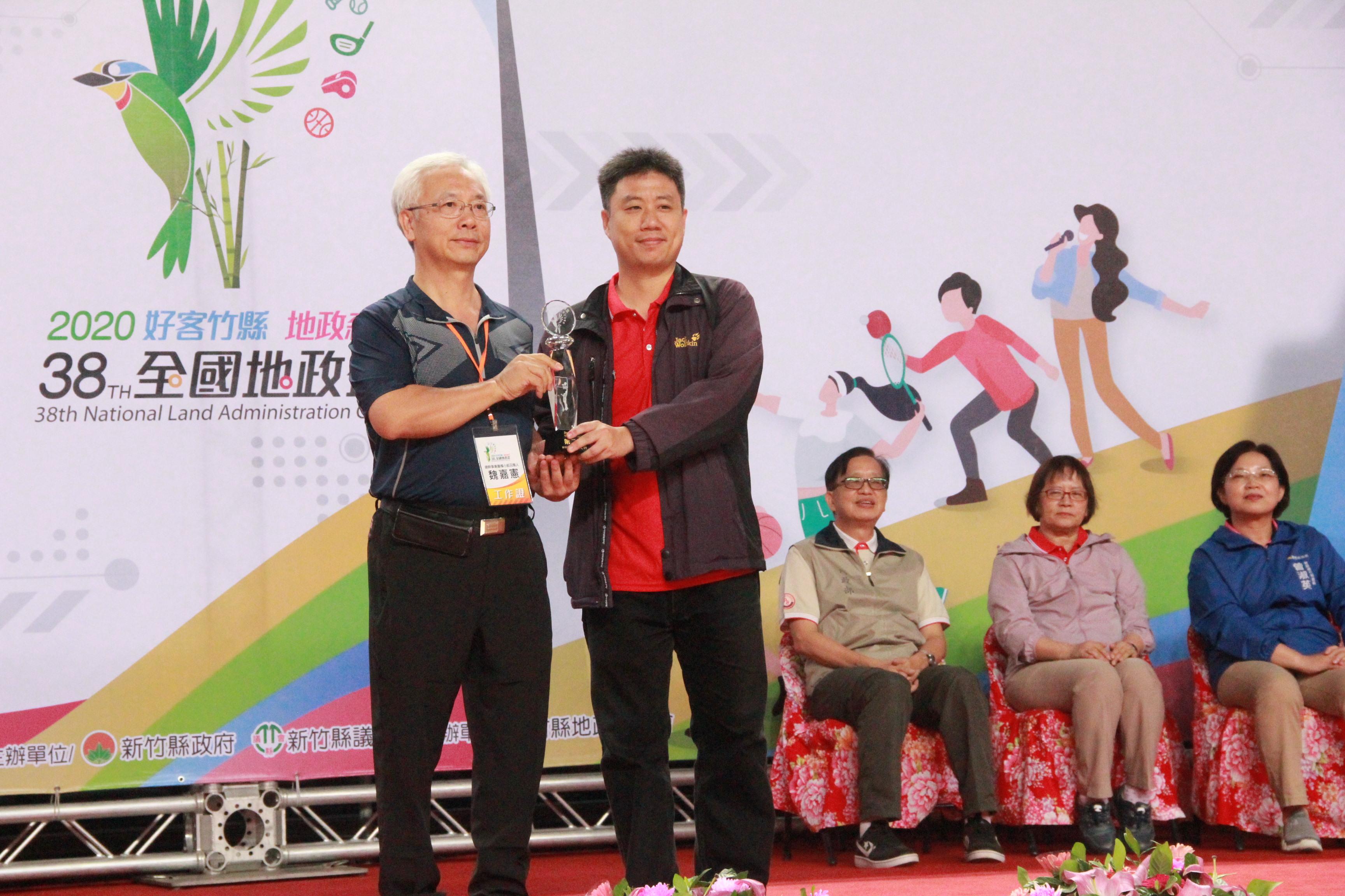 3對3籃球乙組(本中心組隊)榮獲第2名傅秉綱(右)代表領獎
