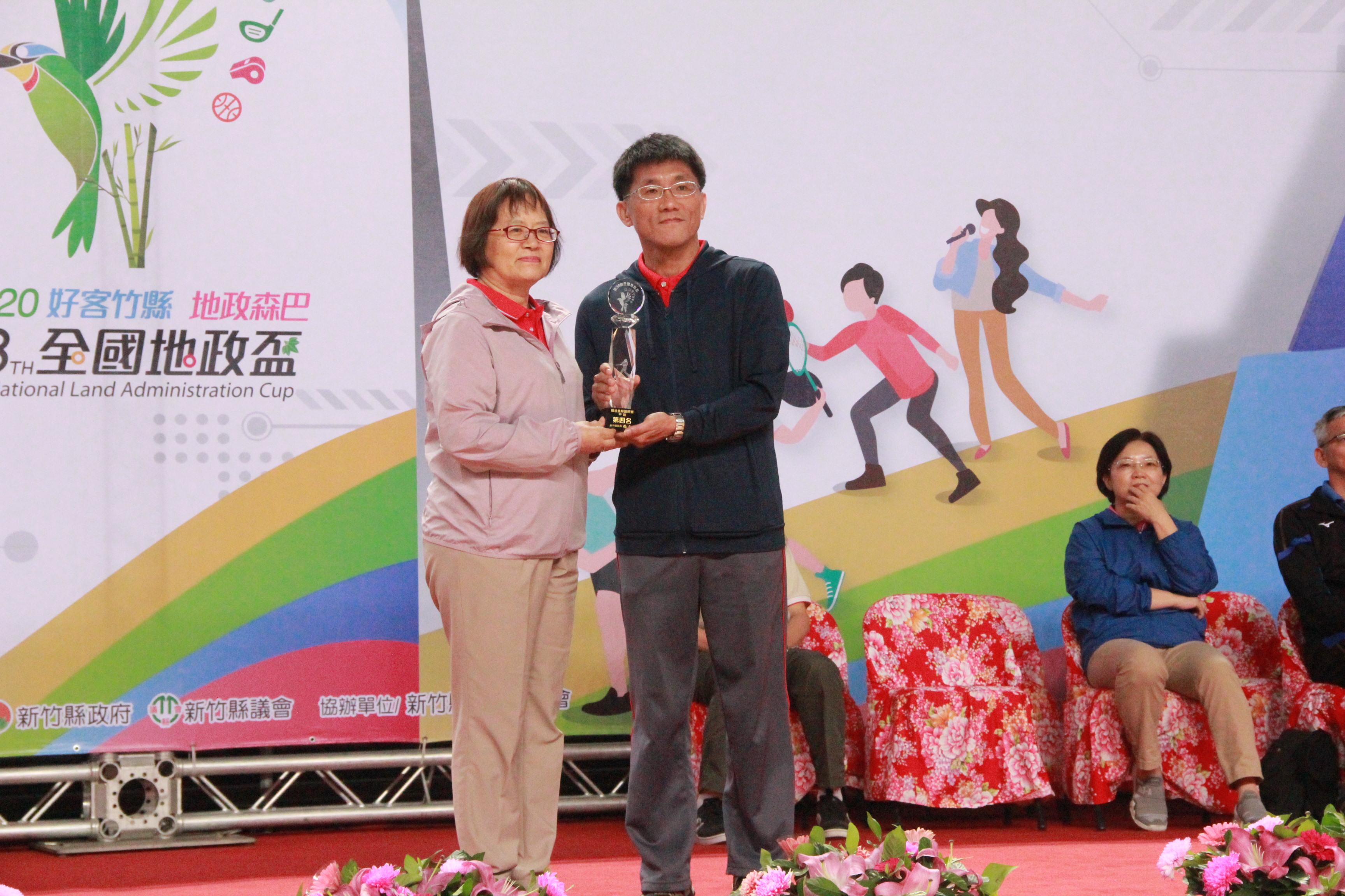 慢速壘球甲組(本中心組隊)榮獲第4名土地重劃工程處邱國銘(右)代表領獎