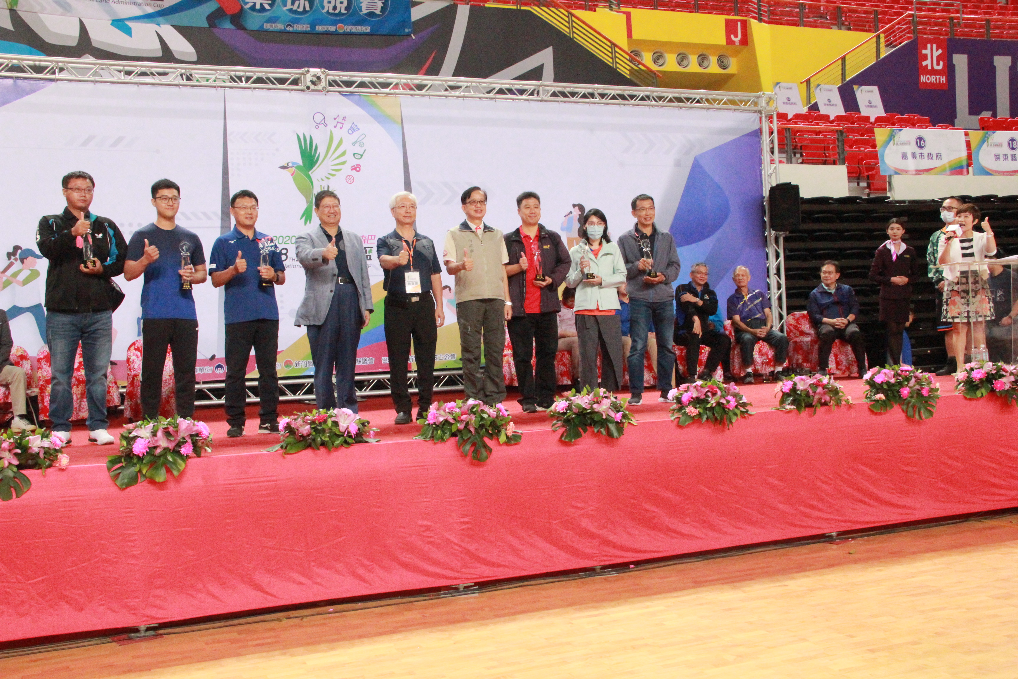 大會主席(左4)、內政部邱次長(左6)、新竹縣政府地政處魏處長嘉憲(左5)與領獎人合照