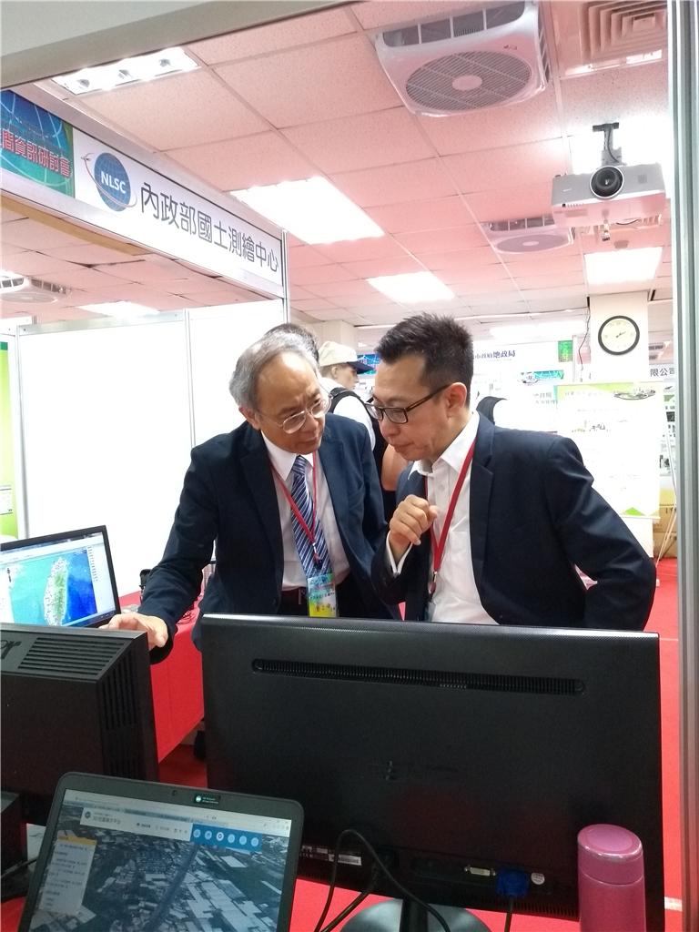 新加坡土地管理局地理空間與土地數據署黃曉勇署長(右)參觀本中心系統展示